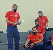 Entrega de bíblias aos alunos soldados